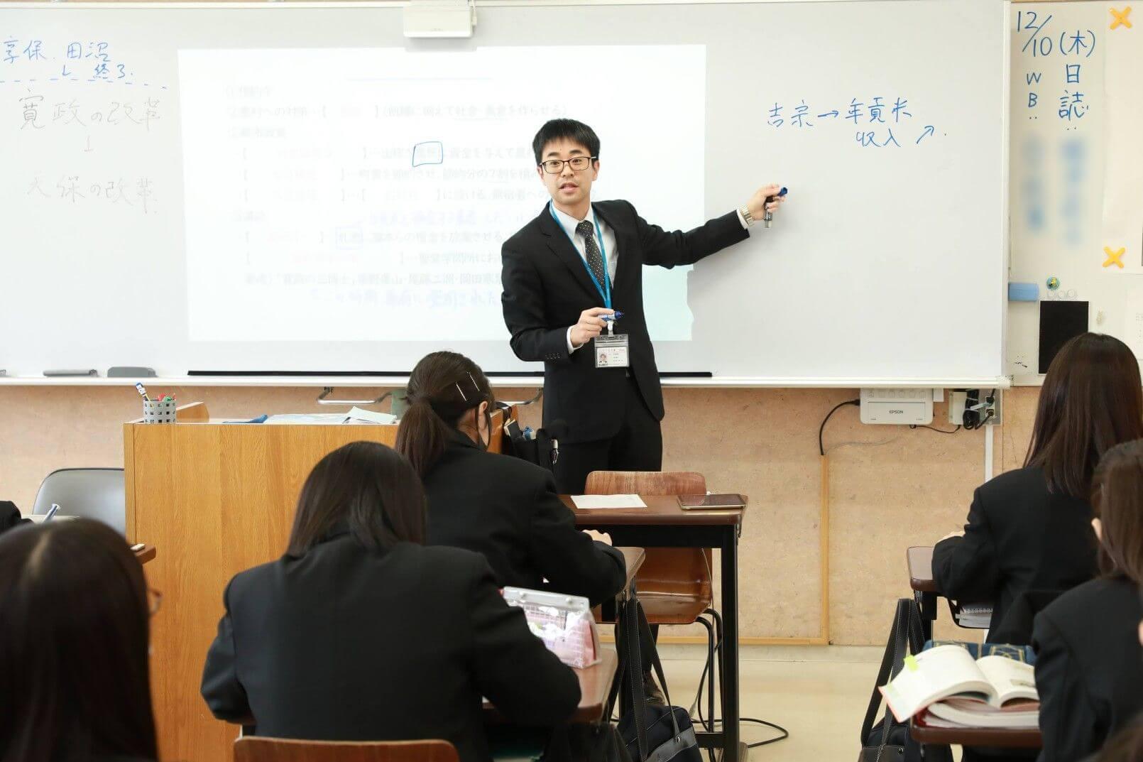 授業の様子。生徒は教科書やノートと一緒にスマホを並べ授業に臨む