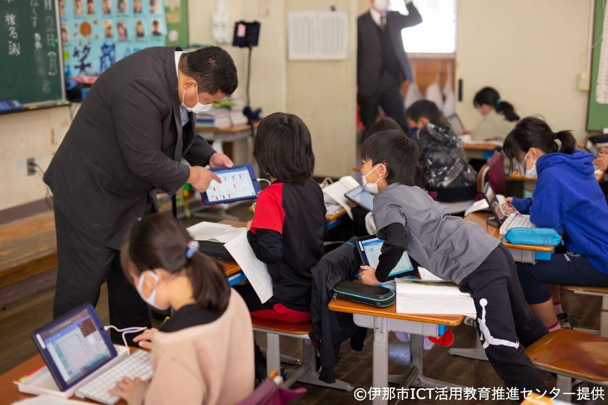 伊那市 スクールタクトの画面を見ながら話す児童と先生